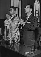 [Masaichi Nagata of Daiei praying at Minobusan Betsuin, Los Angeles, California, April 5, 1955]